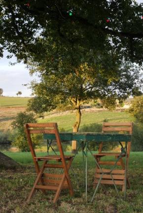 Chaises et table bistro